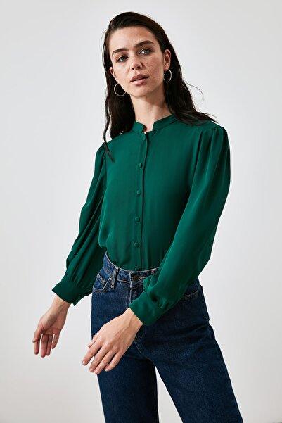 TRENDYOLMİLLA Zümrüt Yeşili Dik Yaka Gömlek TWOAW21GO0585