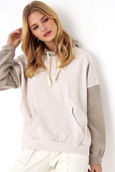 Trend Alaçatı Stili Kadın Ekru-Vizon Şardonlu Renk Bloklu Oversıze Kapşonlu Sweatsıhrt