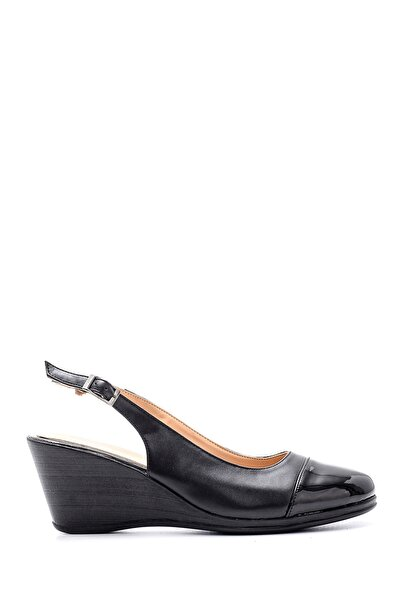 Derimod Kadın Siyah Rugan Detaylı Dolgu Topuklu Sandalet