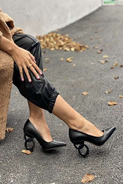 İnan Ayakkabı Kadın Siyah Cilt Sivri Burun Oval Halka Dekorlu Topuklu Ayakkabı