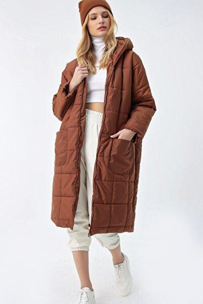 Trend Alaçatı Stili Kadın Kahverengi Kapşonlu Su Geçirmez Oversıze Uzun Şişme Kaban ALC-X5164