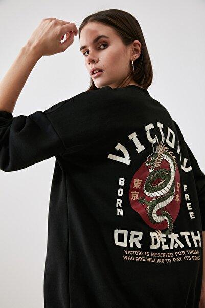 TRENDYOLMİLLA Siyah Şardonlu Sırt Baskılı Örme Sweatshirt TWOAW21SW1924