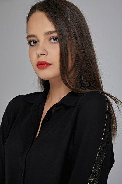 Gusto Kadın Siyah Kolları Gold Şeritli Rahat Kesim Gömlek 20KG009524