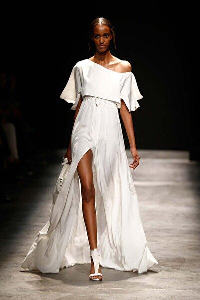 Meltem Özbek Kadın Volan Detaylı Uzun Beyaz Elbise