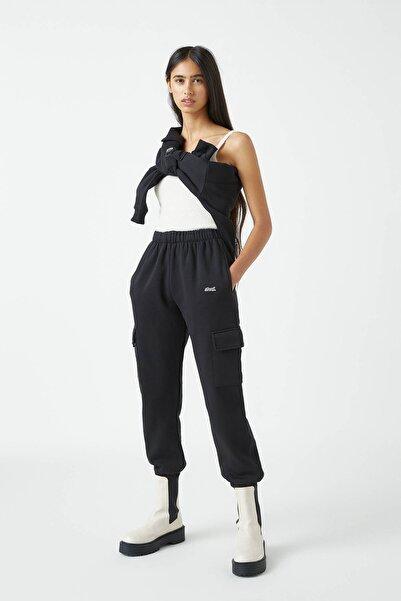 Pull & Bear Kadın Siyah İşlemeli Etiketli Pantolon 09678349