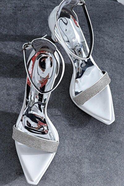 Limoya Kadın Beyaz Rugan Taş Detaylı Tek Bant İnce Topuklu Ayakkabı