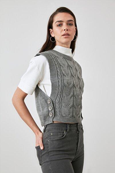 TRENDYOLMİLLA Gri Yanları Düğme Detaylı Triko Bluz TWOAW21BZ1641