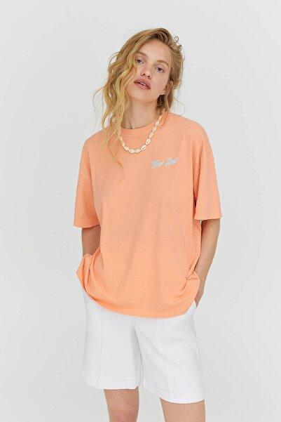 Pull & Bear Kadın Kontrast Grafik Baskılı Somon Pembesi T-Shirt 04241381