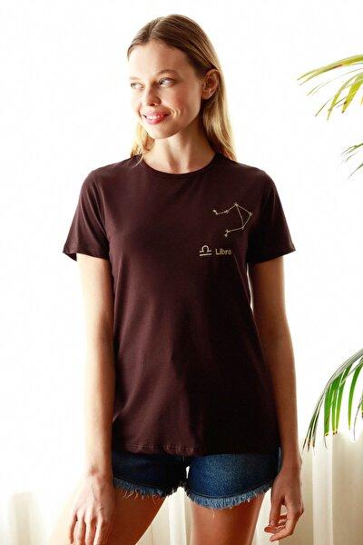 Kahverengi Terazi Burç Nakışlı Basic Örme T-Shirt TWOSS20TS0293