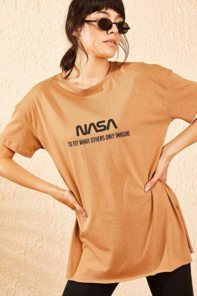 Bianco Lucci Kadın Camel Nasa Baskılı Yan Yırtmaçlı Salaş T-Shirt 10061024