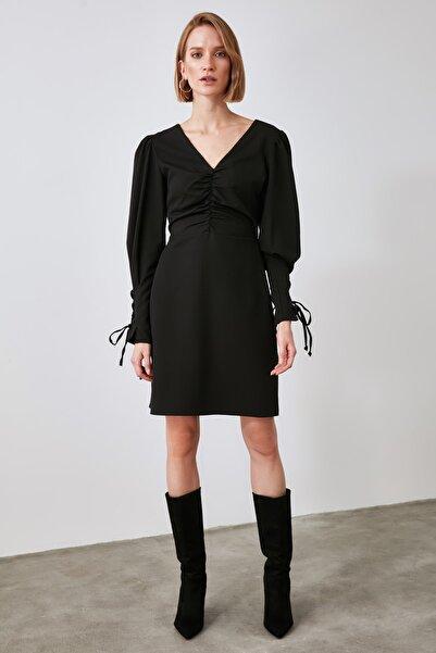 TRENDYOLMİLLA Siyah Büzgü  ve Kol Detaylı Elbise TWOAW21EL1919