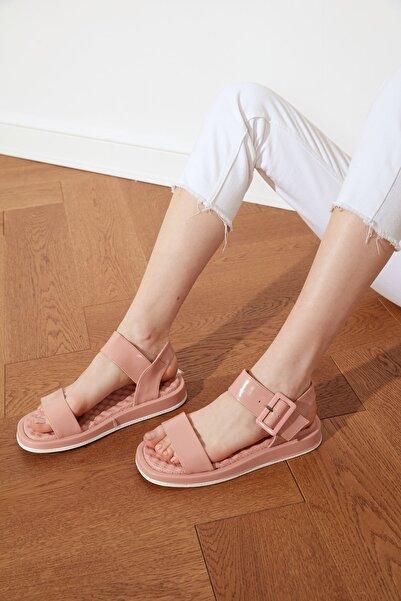 TRENDYOL SHOES Somon Kalın Tabanlı Tokalı Rugan Kadın Sandalet TAKSS21SD0033