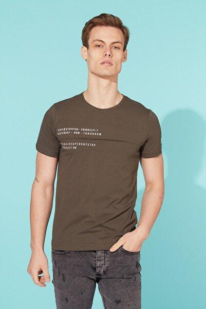 BARRELS AND OIL Erkek Haki Bisiklet Yaka Yazı Baskılı T-shirt
