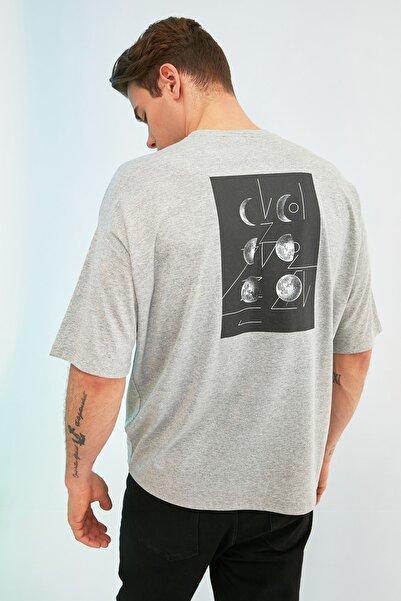 TRENDYOL MAN Gri Erkek Kısa Kollu Sırt Baskılı Oversize T-Shirt TMNSS21TS0617
