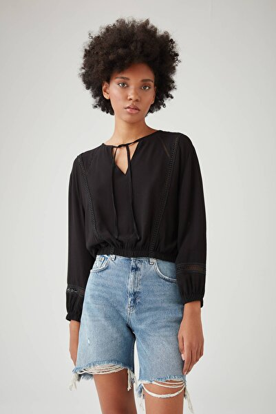Pull & Bear Kadın Siyah Dantel Şeritli Siyah Bluz 09474382