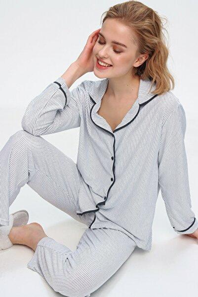 Trend Alaçatı Stili Kadın Beyaz Gömlek Yaka İnce Çizgili Pijama Takım ALC-X5582