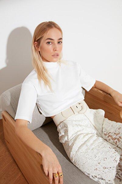 TRENDYOLMİLLA Beyaz Dik Yaka Crop Örme Bluz TWOSS21BZ0140