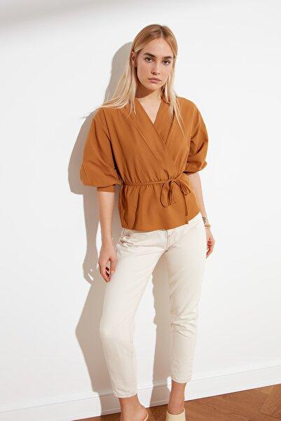 TRENDYOLMİLLA Camel Kruvaze Bluz TWOSS21BZ0287