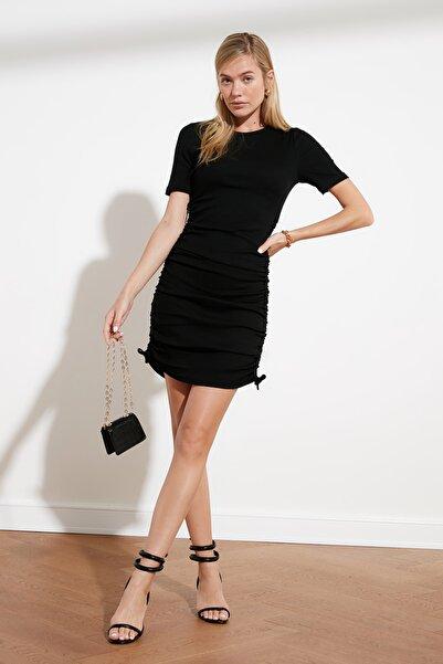 TRENDYOLMİLLA Siyah Yanları Büzgülü Örme Elbise TWOSS21EL0118