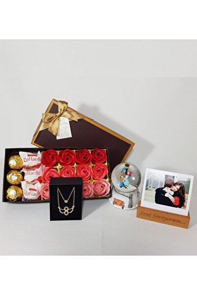 1001Hediye Kişiye Özel Seni Seviyorum Fotoğraflı Ikili Melek Kolyeli Aşk Kokulu Gül Kutusu Çikolata