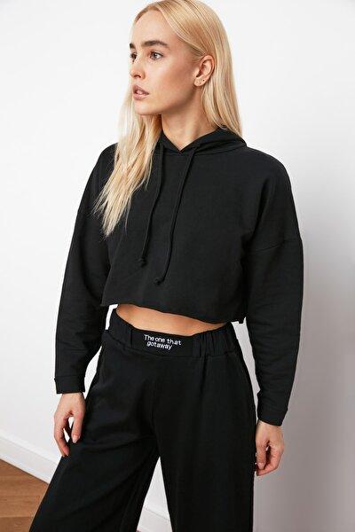 TRENDYOLMİLLA Siyah Kapüşonlu Crop Örme Sweatshirt TWOAW20SW0144