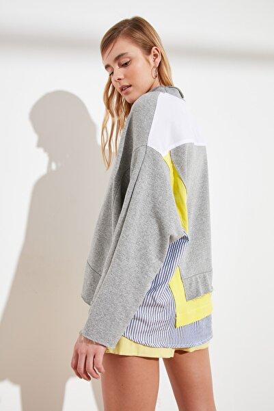TRENDYOLMİLLA Gri Renk Bloklu Salaş Örme Sweatshirt TWOSS20SW0087