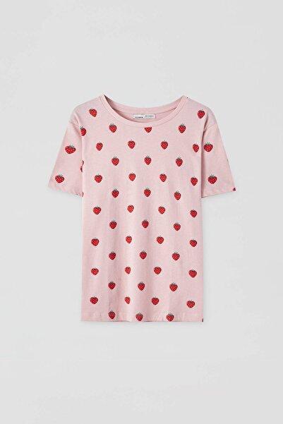 Kadın Pembe Çilek Desenli T-Shirt 09244307