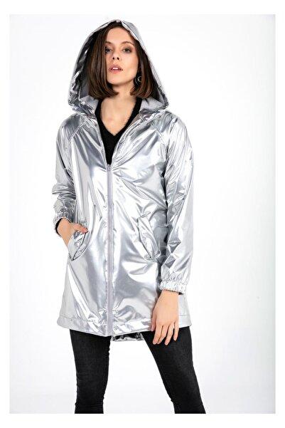 Tiffany Kadın Gri Kapüşonlu Rugan Yağmurluk K20518