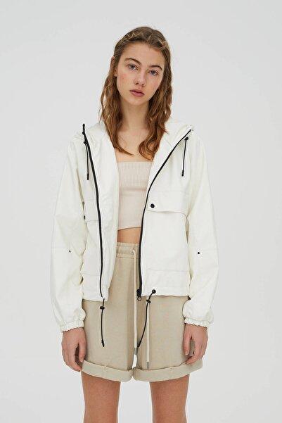 Pull & Bear Kadın Beyaz Suni Deri Crop Fit Yağmurluk