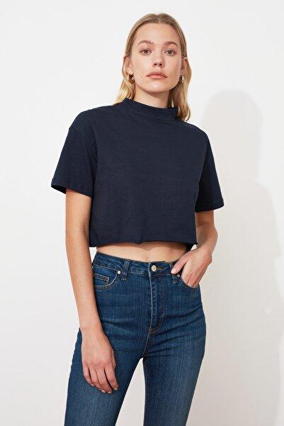 TRENDYOLMİLLA Lacivert Dik Yaka Crop Örme T-Shirt TWOSS20TS0287