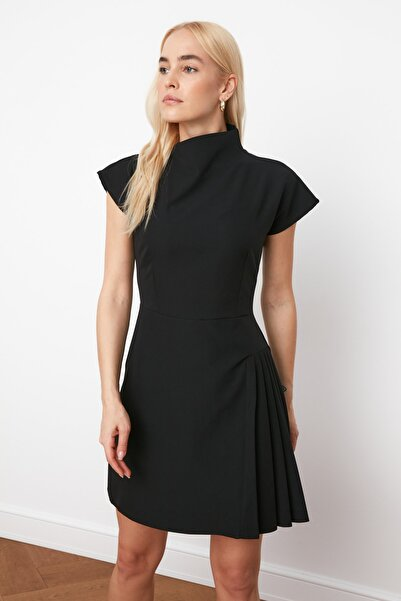 TRENDYOLMİLLA Siyah Pilise Detaylı Elbise TWOSS21EL0321