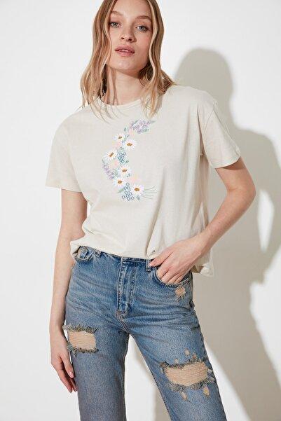 TRENDYOLMİLLA Açık Bej Nakışlı Semifitted Örme T-Shirt TWOSS19PB0018