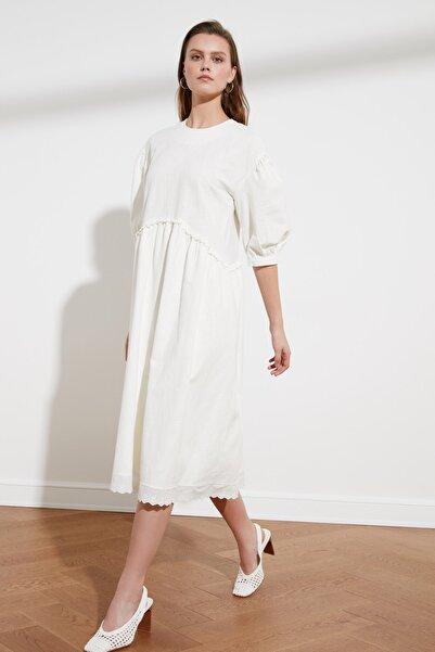 TRENDYOLMİLLA Ekru Dantel Detaylı Geniş Kesim Elbise TWOSS21EL0498