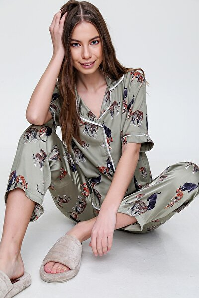 Trend Alaçatı Stili Kadın Haki Gömlek Yaka Desenli Saten Pijama Takım ALC-X6115