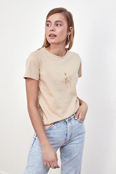 TRENDYOLMİLLA Bej Nakışlı Basic Örme T-Shirt TWOSS20TS0553
