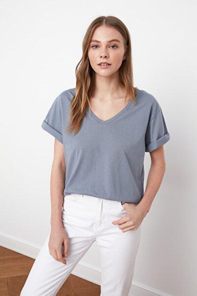 TRENDYOLMİLLA Gri %100 Pamuk Süprem V Yaka Boyfriend Örme T-Shirt TWOSS20TS0132