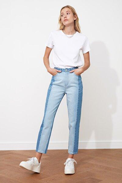 TRENDYOLMİLLA Açık Mavi Bloklu Yüksek Bel Mom Jeans TWOSS20JE0080