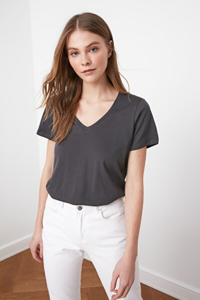 TRENDYOLMİLLA Antrasit %100 Pamuk V Yaka Basic Örme T-Shirt TWOSS20TS0129