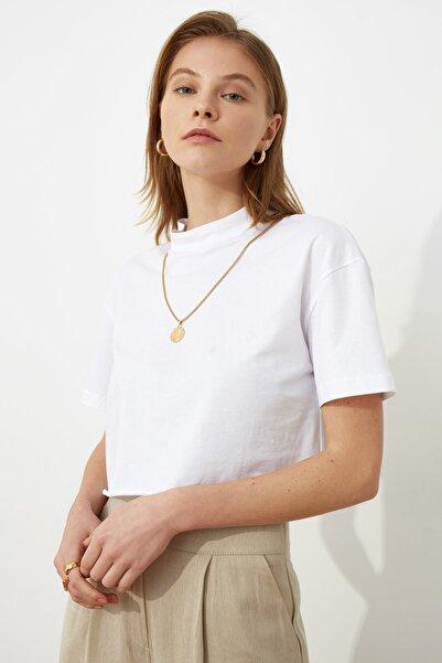 TRENDYOLMİLLA Beyaz Dik Yaka Crop Örme T-Shirt TWOSS20TS0287