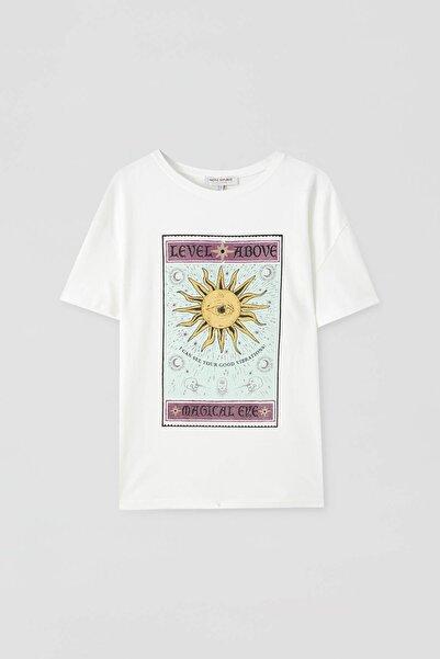 Pull & Bear Kadın Buz Rengi Önü Grafik Desenli, Kısa Kollu T-Shirt 09244378