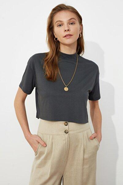 TRENDYOLMİLLA Antrasit Dik Yaka Crop Örme T-Shirt TWOSS20TS0287