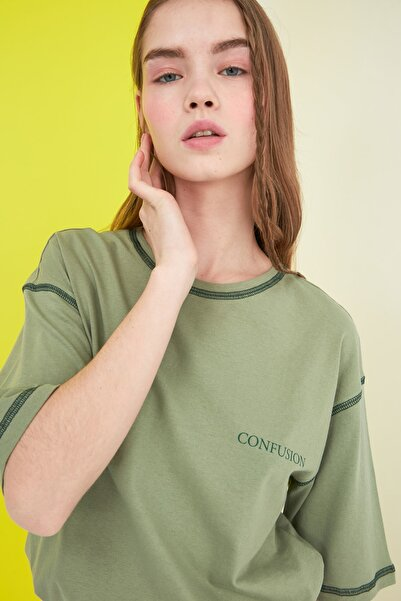TRENDYOLMİLLA Yeşil Karyoka Dikişli Baskılı Loose Örme T-Shirt TWOSS21TS0656