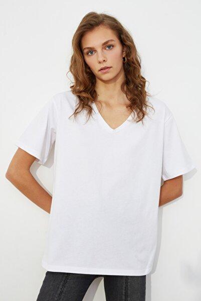TRENDYOLMİLLA Beyaz %100 Pamuk V Yaka Boyfriend Örme T-Shirt TWOSS20TS0132