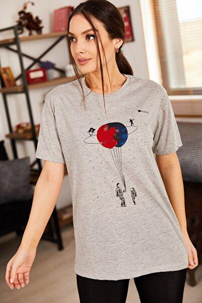 armonika Kadın Gri Satürn Baskılı T-Shirt ARM-20Y012007