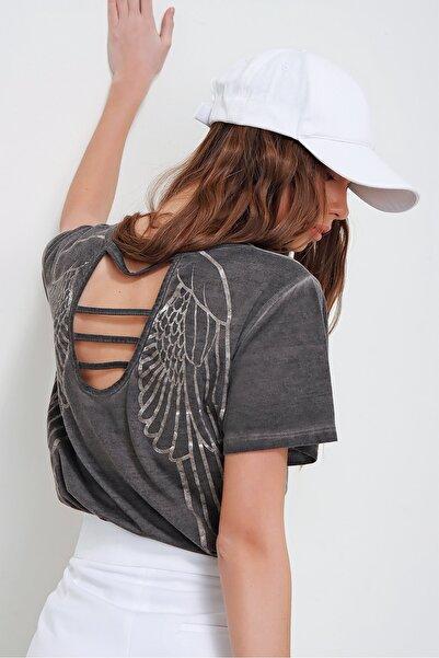 Trend Alaçatı Stili Kadın Antrasit Lazer Kesimli Yağ Yıkamalı T-Shirt MDA-1117