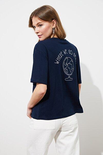 TRENDYOLMİLLA Lacivert Sırtı Nakışlı Loose Kalıp Örme T-Shirt TWOSS20TS0121