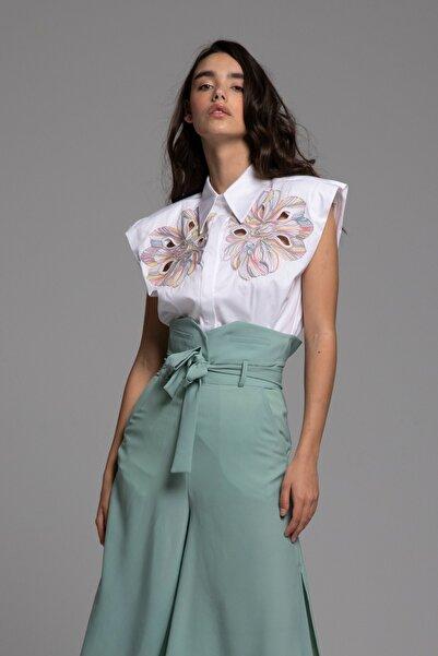Tuba Ergin Kadın Beyaz Nakış Detaylı Kolsuz Trace Gömlek