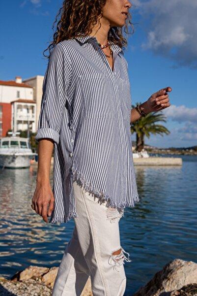 Güneşkızı Kadın Lacivert-Beyaz Çizgili Yanı Düğmeli Eteği Püsküllü Gömlek GK-AYN1666