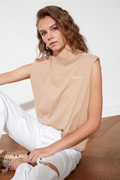 TRENDYOLMİLLA Camel Nakışlı Vatkalı Basic Örme T-Shirt TWOSS21TS0406