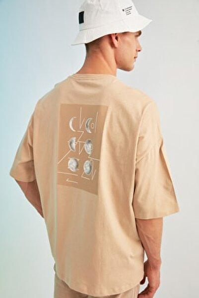 Bej Erkek Kısa Kollu Sırt Baskılı Oversize T-Shirt TMNSS21TS0617